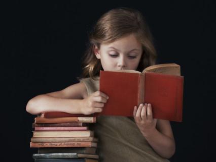 【保育の豆知識】保育士の絵本の読み聞かせポイント!絵本の選び方や準備・持ち方・めくり方など